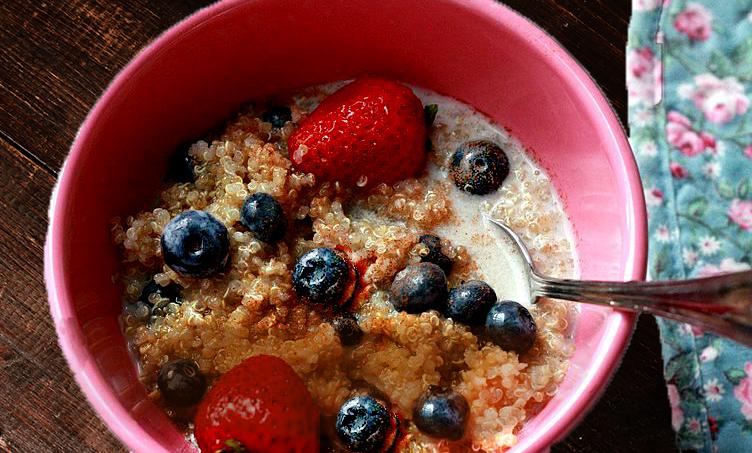 Recette de bol déjeuner : quinoa au lait de coco etfruits
