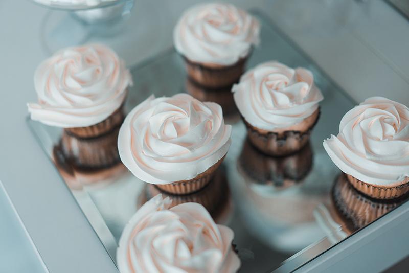 Recette de mini-cupcakes roses avec glaçage à la vanille et au citron