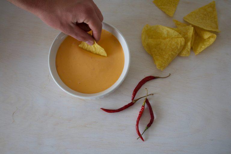 recette de sauce «fromagée» à la farine de pois chiche est végétalienne et ne contient ni lait ni allergènes prioritaires.
